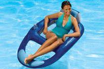 KELSYUS VATTEN- VILSTOL - Blå  Med Kelsyus vattenlounger sitter du mer upprätt, vilket innebär att du får svalka, bekvämlighet och balans.