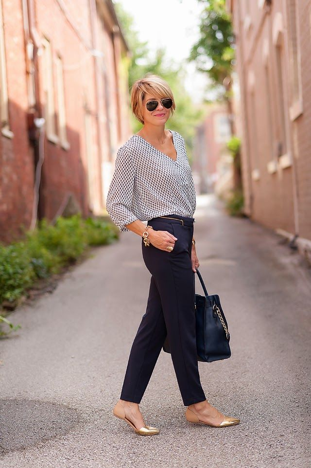 Look closely: Simple graphic top, tailored navy pants and GOLD shoes. So chic...