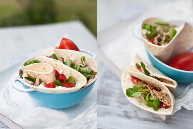 Piadina con pomodori, sardine, formaggio di capra ed insalata