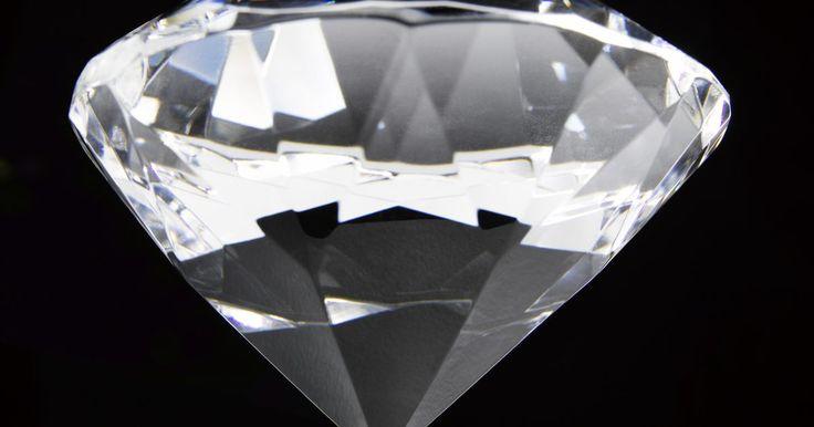 ¿Qué son los diamantes de moissanita?. Los diamantes son una de las piedras preciosas más preciadas en la tierra. Los anillos de compromiso se han vuelto una gran industria, y la minería de diamantes y los monopolios de diamantes se han vuelto objeto de críticas, aunque la demanda de diamantes sea incesante. Con la demanda han surgido sustitutos del diamante como el circonio cúbico y ...