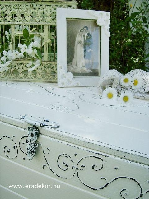 Esküvőre provence-i stílusú, festett antikolt nászajándék láda. Fotó azonosító: ESKNOR02