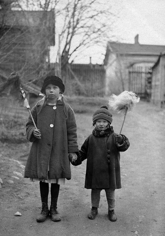 Punainen Pispala; 1920-luku, Valokuvat  Vappu on sentään vappu Pispalassakin Kuva: Kalle Kurki Kuvalähde: Jarmo Polven kokoelmat.