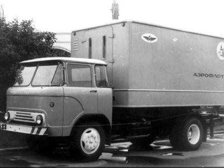 На короткобазном шасси автомобиля КАЗ-605 в Риге был создан автомобильный лифт АЛ-3. АЛ-3 был предназначен для перевозки и погрузки на воздушные суда съёмного бытового оборудования и контейнеров продуктами питания. Для погрузки грузов в самолёт автомобильный лифт подъезжал перпендикулярно к фюзеляжу. Затем производился подъём кузова. Передняя площадка выдвигалась и по ней производилась погрузка.