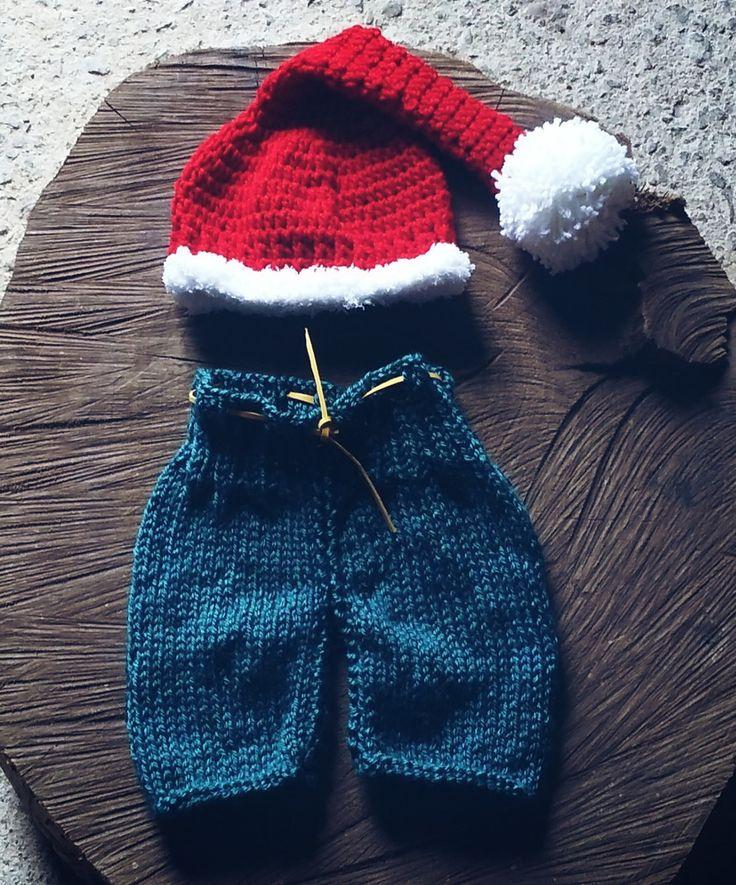 Conjunto de calça e gorro confeccionados em tricô e crochê <br>Cor - azul e vermelho <br>Tamanhos RN - 1 a 3 meses