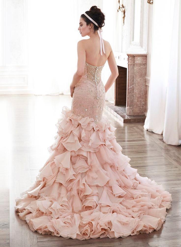 Prachtige lichtroze lange mermaid bruidsjurk met rok van organza roezels en top van kant met kralen. Achterzijde.