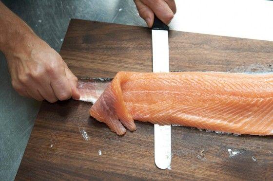 Wie filiert, schneidet und bereitet man einen frischen Lachs am besten zu? Das erfahrt ihr in unserer Fotostrecke.
