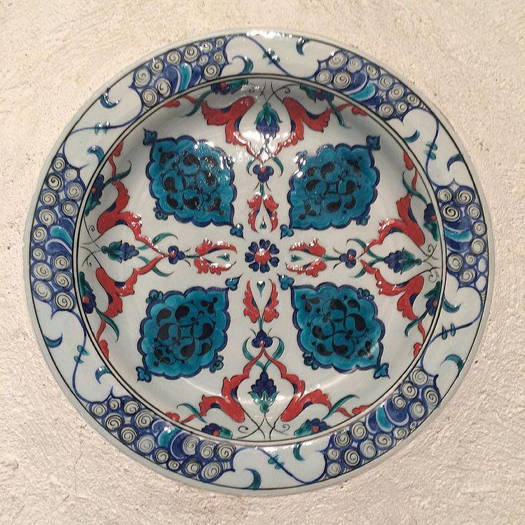 16.yy Osmanlı kenarlı tabak. #frigseramik #ibrahimkuslu #çini #iznik #seramik #elyapımı #elsanatları #elboyama #butik #tabak #koleksiyon #sanat #dekor #tile #tileart #ceramics #plate #art #artmagazine #artwork #ottomanart #seljuk #replica #instapic #homedecor #hoteldecor #handmade #handpainted #instapic #instagram by ibrahimkuslu