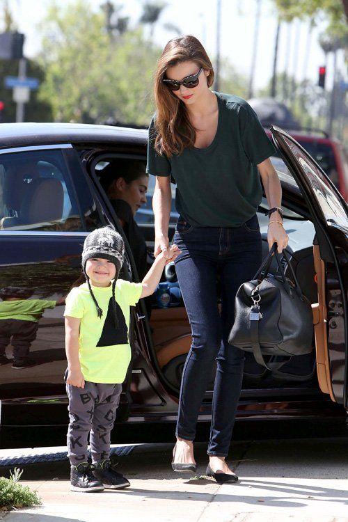 Miranda Kerr fue vista llegando en un auto junto a su hijo Flynn