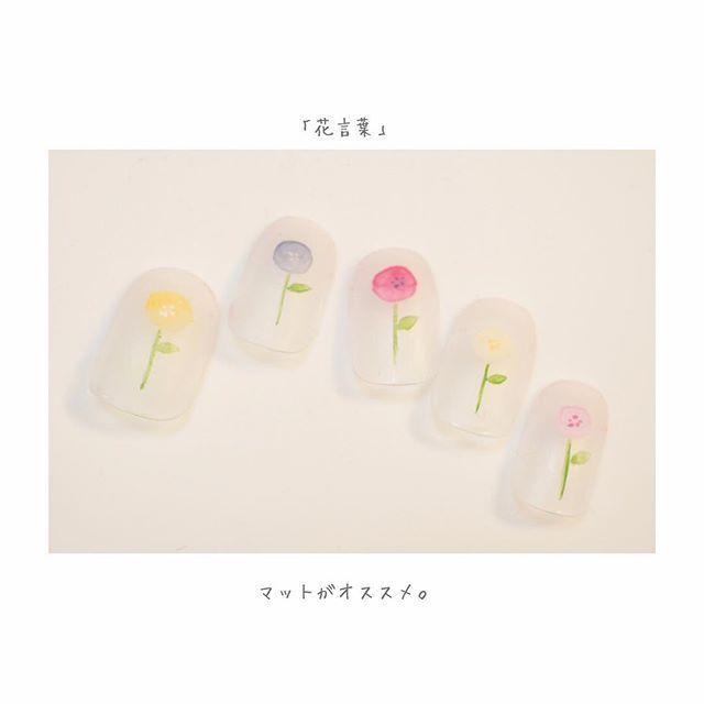 この画像は「甘さではなく優しさが感じられる、お花が描かれたネイルデザイン12選」のまとめの4枚目の画像です。