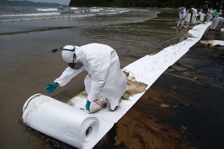 Miles de litros de crudo tiñen de negro las costas del Golfo de Tailandia/ 30 de julio de 2013