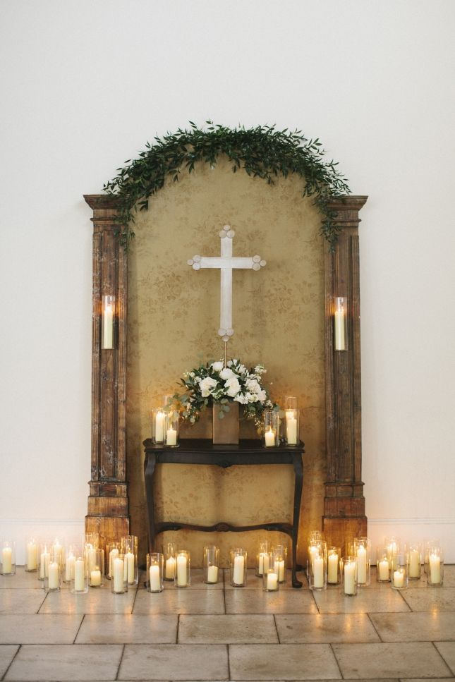 Candles adorn the wedding altar with greenery by Myrtie Blue | Leslie Hollingsworth