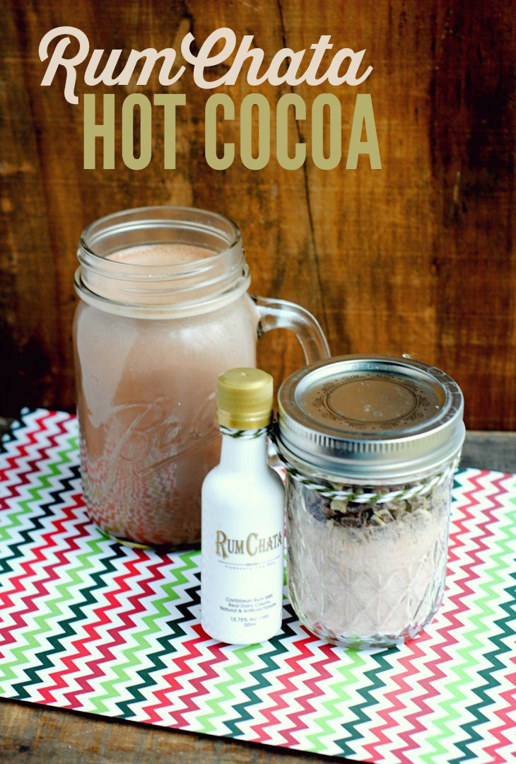 Surprise your friends with a sweet gift: ingredients to make their own RumChata hot cocoa! Try this recipe to warm up during the holiday and share it!