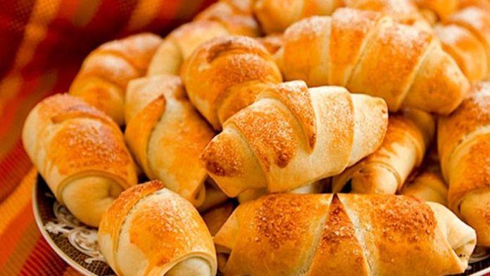 Rohlíčky z tvarohového těsta – velmi chutné a na přípravu fantasticky jednoduché. Tyto rohlíčky jsou chuťově krásně máslové a tvaroh, který se do těsta přidává, dodá rohlíčkům jemnost a vláčnou konzistenci upečeného těsta. Na povrchu jsou neodolatelně křupavé a uvnitř voní cukrem a skořicí. Sdílejte tenhlesuper recept na domácí tvarohové …