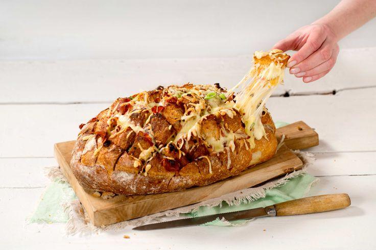 Brød bakt i ovnen med masse ost og annet godt fyll er perfekt til tapas eller som tilbehør ved siden av en god suppe.