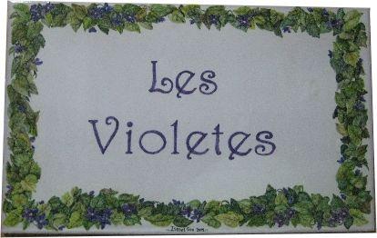 Preciosa cenefa de violetas para una placa mural con el nombre de la casa. Tan bonito que parece que hueles su flor. Realizado por www.isabelgan.es