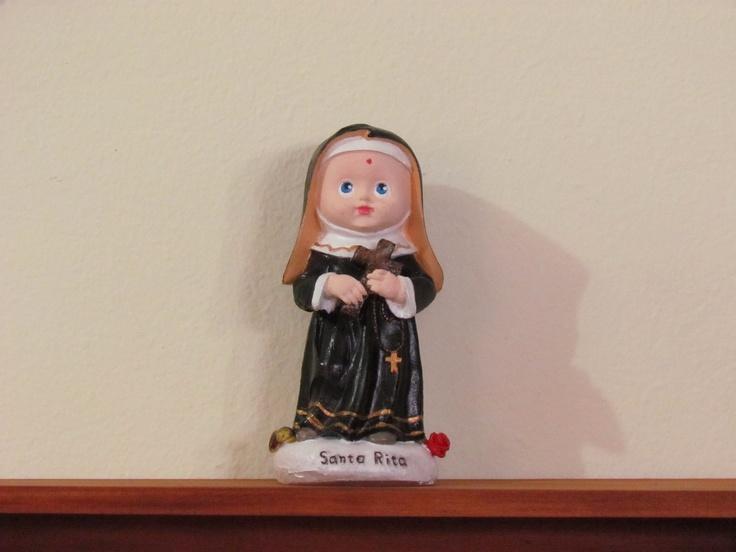 Santa Rita Infantil - Pintado a mão| 15 cm altura*06 cm largura *08 cm Comprimento - Resina Reciclada - Recycled Resin