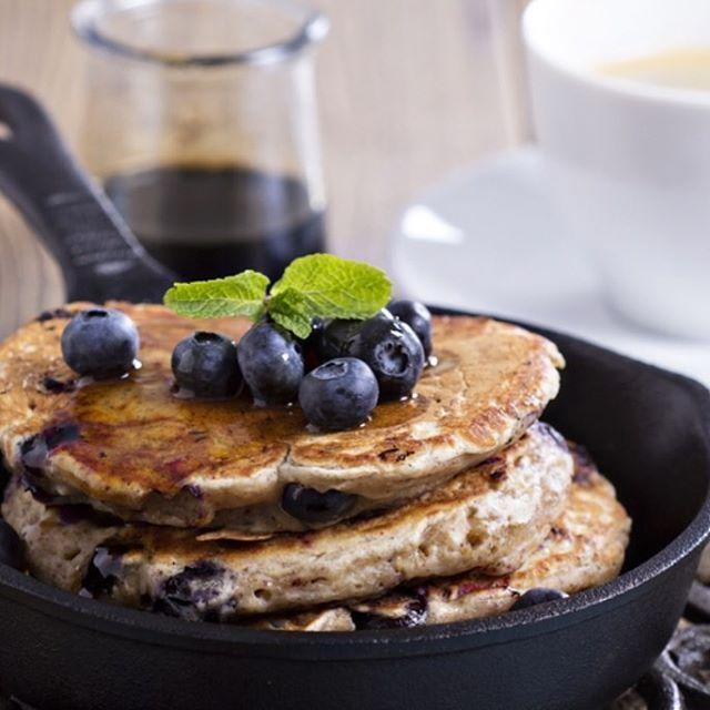 Onze #zondagochtend is niet compleet zonder deze #gezonde en oh zo #lekkere #pannenkoeken van #banaan blauwe bessen,snufje kaneel en kokosrasp' 'on the top' Fijne zondag #sapvers #healthy #lekker #vegan #pancakes #sundaybreakfast