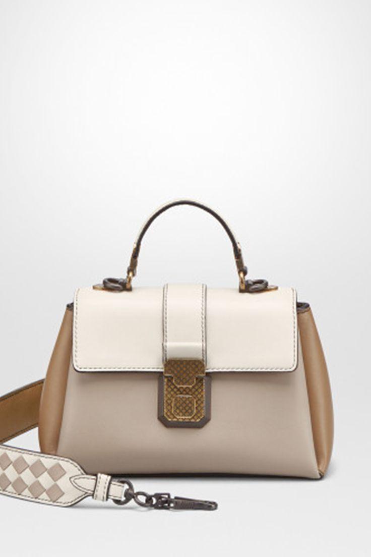 Micro-Taschen sind der Taschen-Trend des Jahres! Die Piazza von Bottega Veneta ist ein Beispiel für eine elegante Luxus-Version, über die Sie sich noch in 20 Jahren freuen werden. – mybestbrands