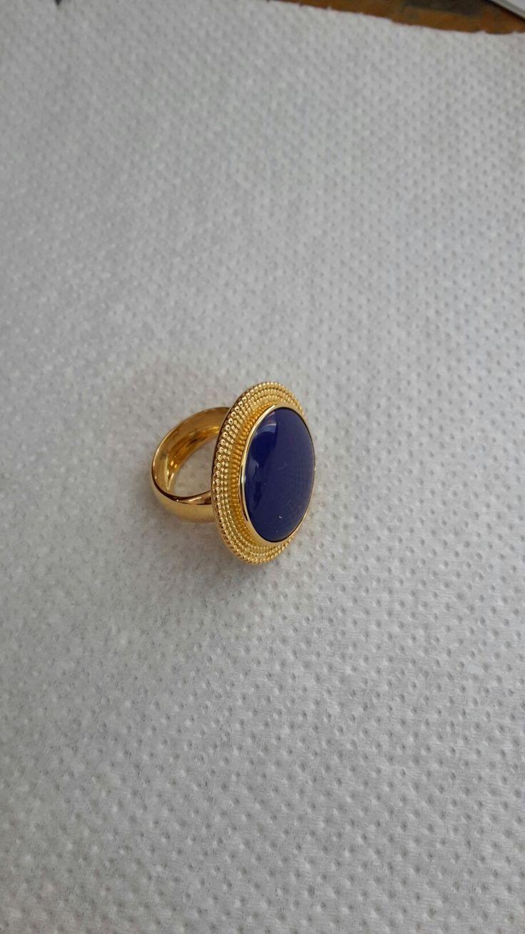Handmade gold ring with lapis lazuli