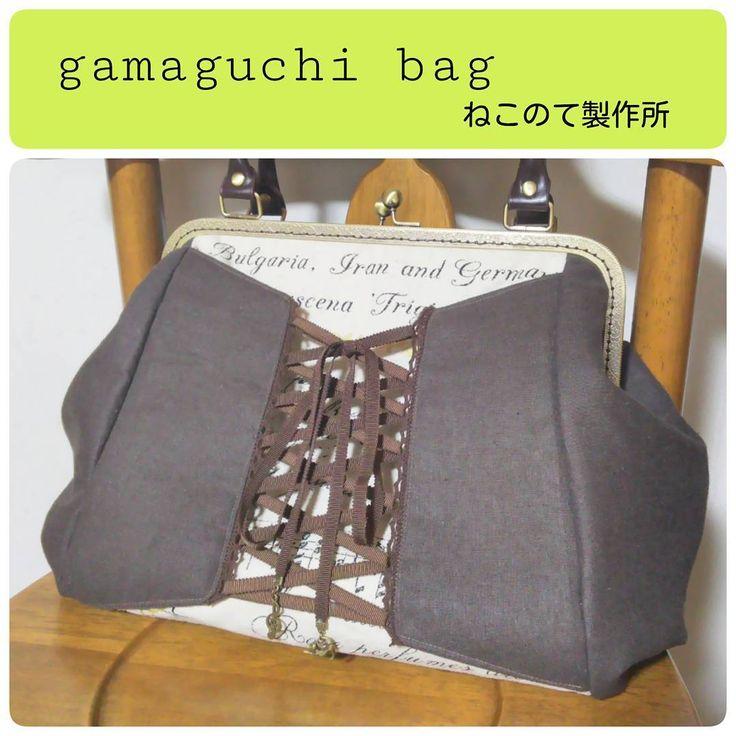 【編み上げリボンのがまぐちバッグ】  音符や英字の柄生地を包むように、コルセット風にリボンで編み上げたデザインのがまぐちバッグ。 約30cmの口金を使っているので大きいバッグです。マチもあるのでたっぷり物が入ります。  #ハンドメイド #handmade #縫い物 #sewing #がまぐち #がま口 #gamaguchi #バッグ #bag