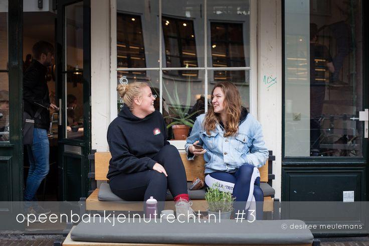 Meike en Charlotte zitten gezellig te kletsen, ze zitten hier wekelijks en bespreken alles wat er te bespreken valt. Deze keer zitten ze hier omdat ze net gesport hebben, maar na schooltijd gaan ze hier ook vaak even wat drinken.