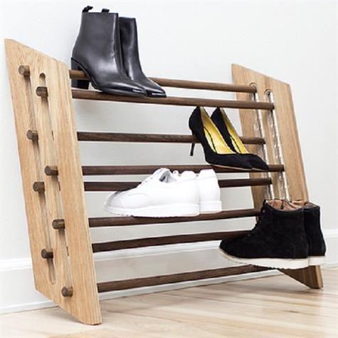 Flot og stilfuld skostativ i eg fra Roon & Rahn. Det funktionelle skostativ er perfekt til entre, hvor det giver et flot visuelt look. De røgetestave, der går på tværs kan højde justeres, så det kan passe til både sneakers, stiletter og klipklapper. Skostativet har plads til 16 par sko og kan enten monteres på væggen eller stilles på gulvet.  Mål:  H 65cm x D 17 - 27 cm Materiale: eg og røgeteg