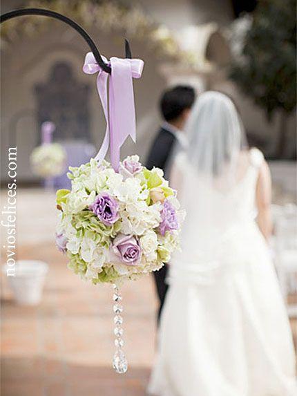 Ramo esférico coordinado con el resto de adornos florales de la boda