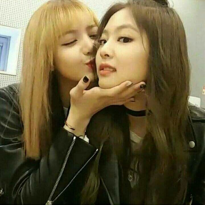BLACKPINK 블랙핑크 Jennie & Lisa ❤❤ #kisses