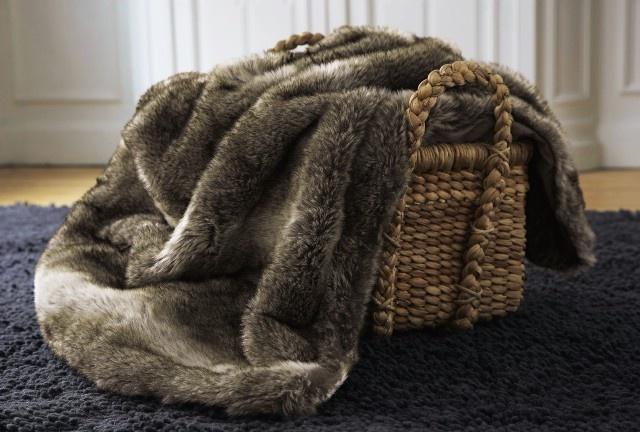 plaid et housse de coussin en fausse fourrure chez cyrillus la maison cyrillus pinterest. Black Bedroom Furniture Sets. Home Design Ideas