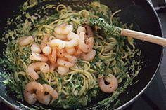 Pasta in een romige saus van spinazie met gebakken garnalen