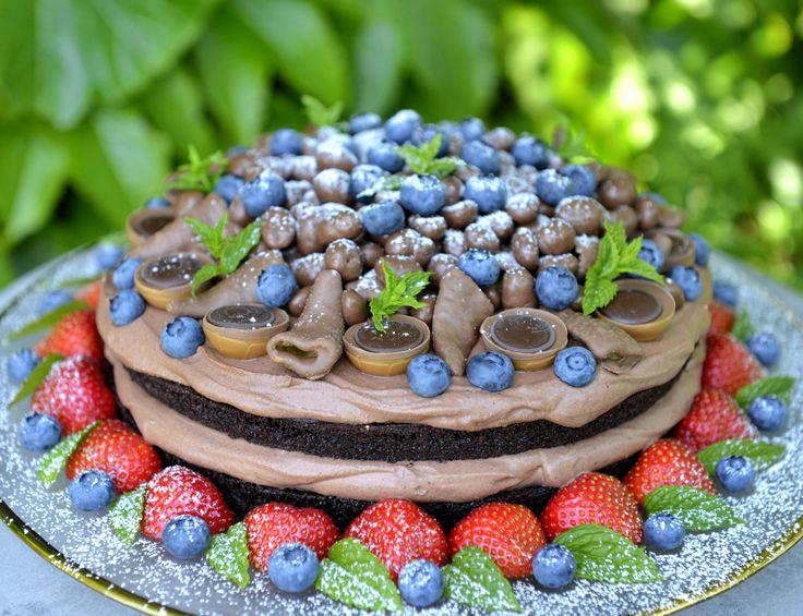 Har du prøvd kaken som alle prater om? Denne kaken er virkelig en av de aller saftigste og beste sjokoladekakene jeg noen gang har smakt. Sjokoladekaken er så saftig at den smelter i munnen, og sammen med fløyelsmyk sjokolademousse og friske bær er dette en kake som virkelig imponerer. Jeg bakte den til svigerfars bursdag …