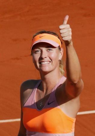 女子シングルスでシモナ・ハレプに勝ち優勝、喜ぶマリア・シャラポワ=パリ(ロイター=共同)