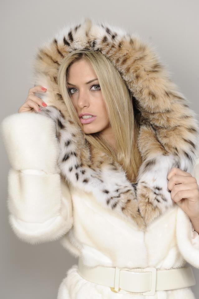Cat That Looks Like A Fox hooded white min...