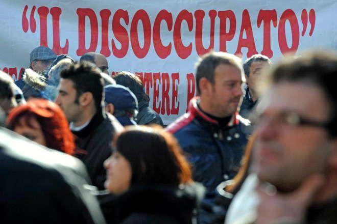 Disoccupati, in cinque anni sono aumentati di 1,2 milioni. Pil giù dell'1,8%