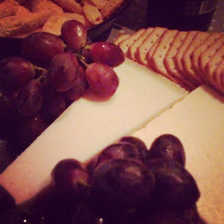 Perjantai-illan juustotarjotin on oiva tapa hiljentää juoksupyörää. #juustotarjotin #perjantai-ilta   © Satuhetki