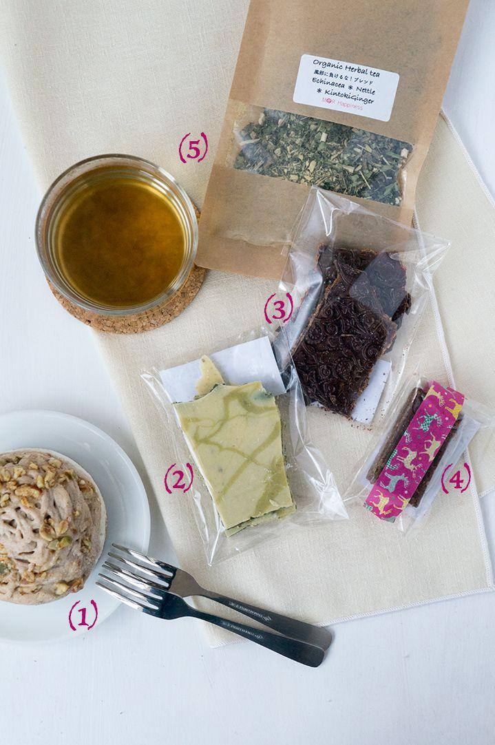 1. ローモンブランケーキ 栗は使っていないのに、なぜか栗のような優しい甘みを感じられるおいしいロースイーツ。乳製品や小麦粉が苦手な方におすすめしたいお菓子のひとつ。少量でも満足できる、リッチな食べ応え2. わりちょこ 抹茶スピルリナグリーンの色合いはスーパーフードどして注目されるスピルリナ。酒粕やみりん粕なども入っていて、まろやかな風味のホワイトチョコレート3. わりちょこ ゴジベリーベリーゴジベリーやラズベリー、そしてイチジクも入ったフルーティーなフィリングを挟んだローチョコレート。ココナッツシュガーとステビアの2つの天然甘味料を使って甘みをつけている4. 焙煎玄米粉ブラウニーくるみ、アーモンド、ひまわりの種、かぼちゃの種など、おいしい生ナッツや種子がたっぷり入ったローブラウニーMOR Happiness(モアハピネス