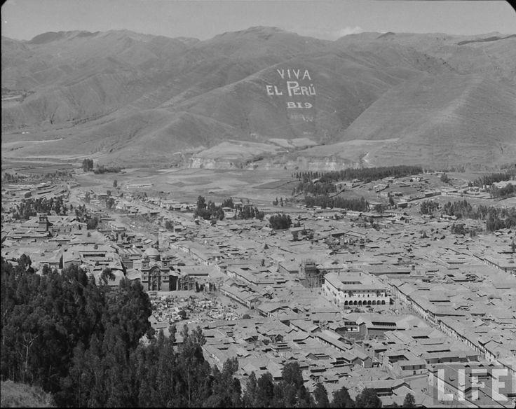 CUSCO ANTES DEL TERREMOTO DE 1950 (REVISTA LIFE): El por que de la inscripción del cerro Viva el Perú en Cusco. 1950 Foto de Eliot Elisofon fotógrafo de la revista LIFE
