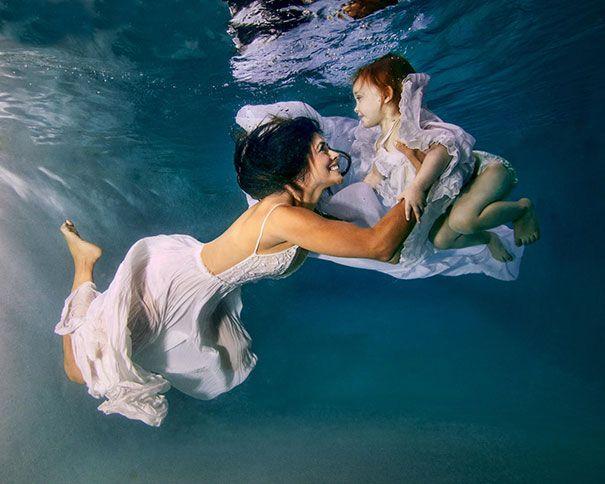 Bonita fotografía acuática mamá con hijo. Foto original madre con bebé
