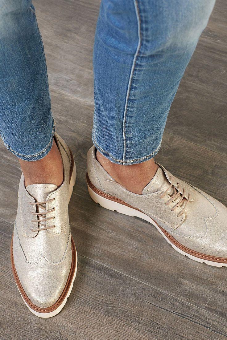 Ob Gold, Silber oder Kupfer – der Metall-Look gehört zu den absoluten Schuhtrends für die wärmere Saison. Als Schnürschuh kombinierst du ihn lässig zur Jeans oder bringst dein Casual-Business-Outfit mit einem echten Hingucker zum glänzen.