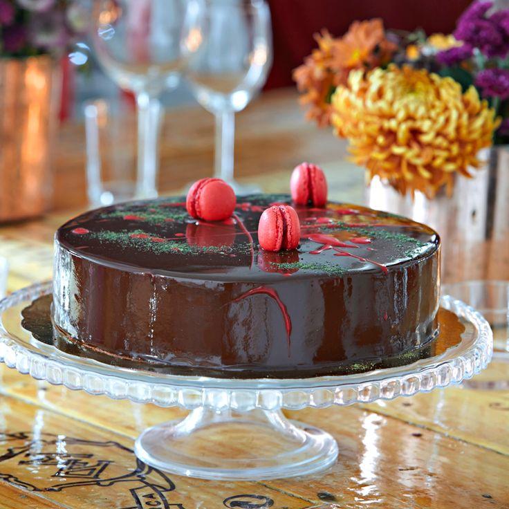 Dekorera gärna tårtan med små macarons för att ge den ett extra lyft.