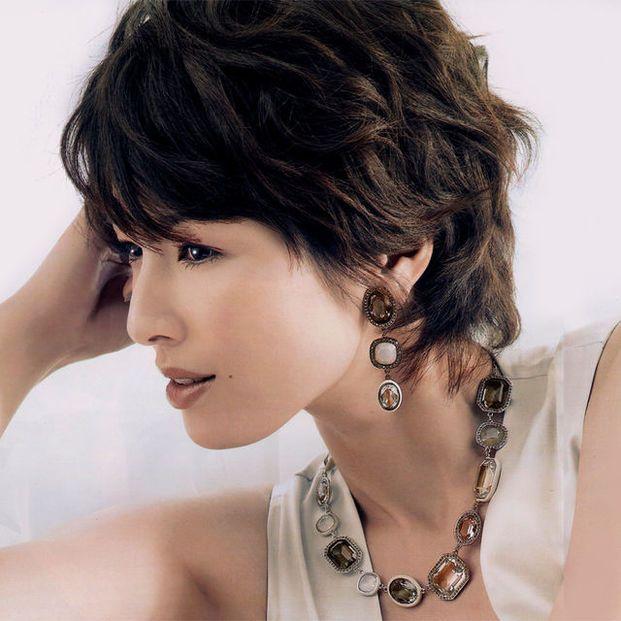 爽やかなショートヘアがトレードマークの吉瀬美智子さん。面長さんにもオススメなショートヘアアレンジ・オーダー方法をご紹介します。