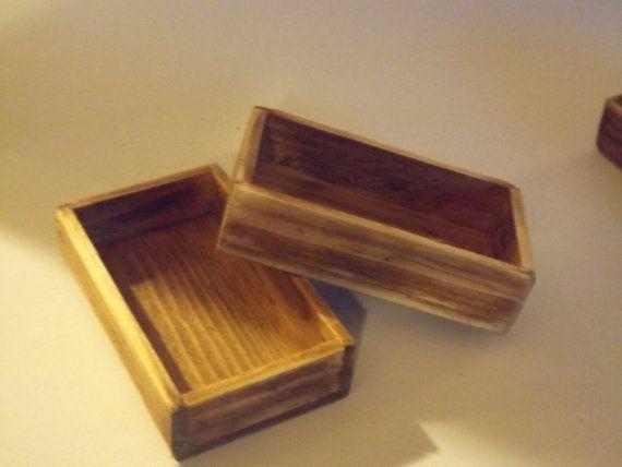 cajones de madera hermosa miniatura, de edad y afligido, hecho a mano de madera de pino real, la belleza es que el grano de la madera demuestra para arriba, dándole un aspecto auténtico, el precio es por uno solo, gracias por mirar, por favor no olvide de visitarme en facebook, en miniaturas hechas a mano x