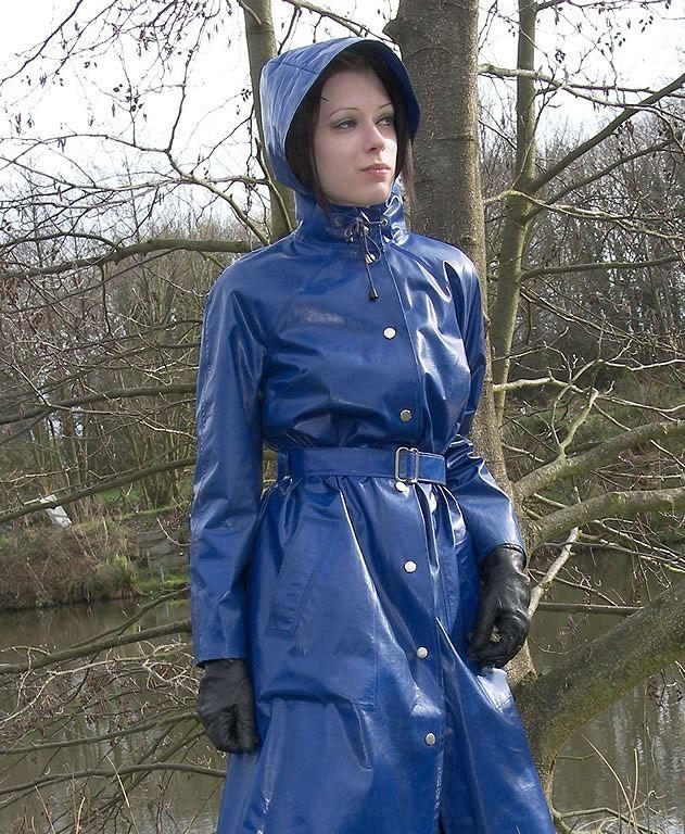 Blauer gegürteter PVC Regenmantel