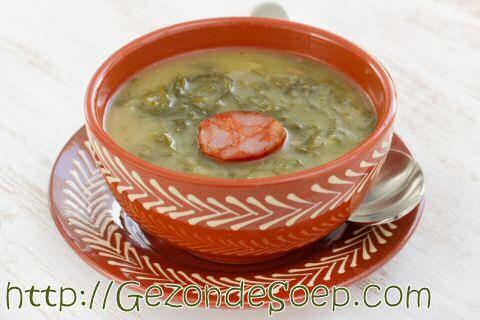 Maak dit beproefd, makkelijk te maken caldo verde soep recept zodat je met weinig ingrediënten zal genieten van een feestelijke Portugese maaltijdsoep.