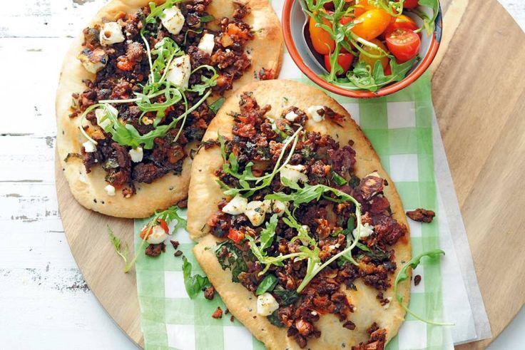 Pizza zonder vlees of vis, met vegagehakt en een bodem van Indiaas brood - Recept - Allerhande