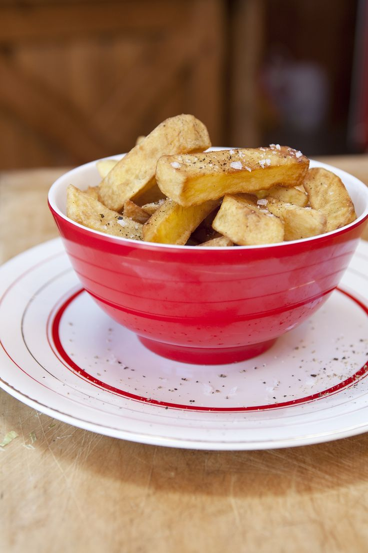 Serve these Crunchy Home Made Fries at your game day party. http://gustotv.com/recipes/snacks/crunchy-home-made-fries/