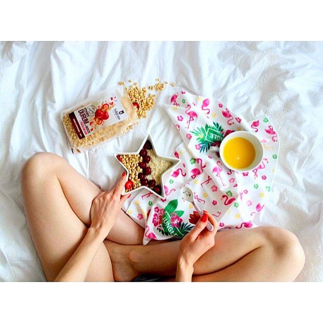 Zdrowe sobotnie śniadanie: owsianka (od @kupiec_pl ) z wiśniami i pszenicą durum w miodzie z truskawkami (od @soligrano) 😋 Jak miło zacząć piękny dzień 😊☀️ ---> Zapraszam na moją stronę na fb https://m.facebook.com/eatdrinklooklove/ ❤   . .  Healthy saturday breakfast: oatmeal with cherries and durum wheat in honey with strawberries 😋 How nice to start a beautiful day 😊☀️---> I invite you to my page on fb https://m.facebook.com/eatdrinklooklove/ ❤