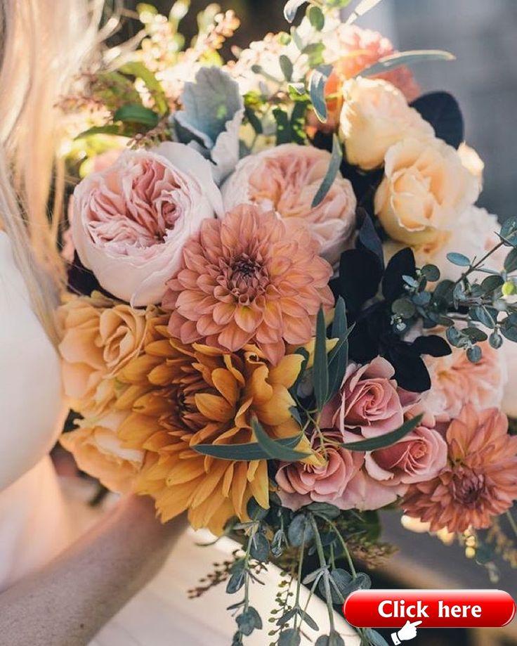 Stoffig koraal en roze en oranje bloemen maken dit een prachtige nazomer of autu …