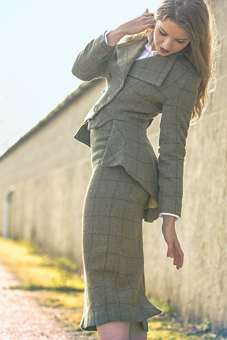 Roxburgh Tweed jacket and skirt  High rise design    Fully lined with luxurious Great Scot lining    Hidden zip back closure   Split to reverse for ease in equestrian activities   Luxuriously Soft 100% New Wool British Tweed