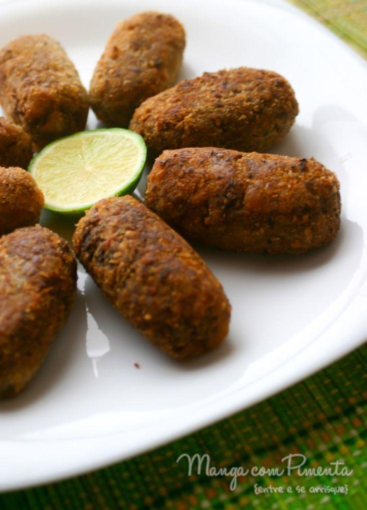 Croquete de Carne, perfeito para petiscar em dias quentes. Clique na imagem para ver a receita no blog Manga com Pimenta.